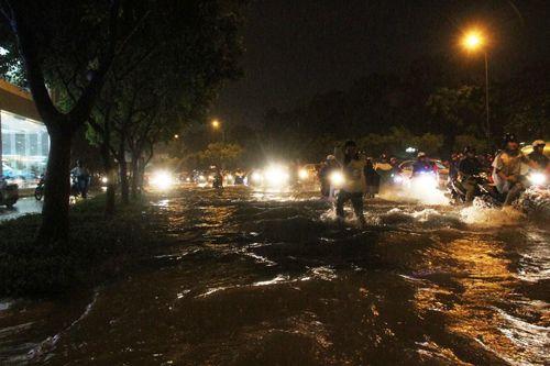 """TP HCM lại mưa lớn gây ngập nặng, người dân """"bơi"""" giữa đường - Ảnh 2"""