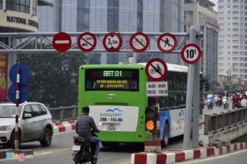 Hà Nội sẽ cấp phù hiệu cho taxi chạy trên tuyến buýt nhanh BRT - Ảnh 1