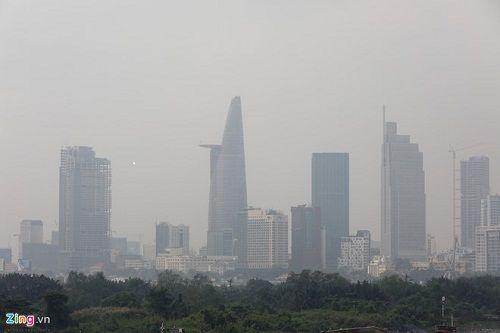 TP HCM xuất hiện sương mù khô, người đi đường phải mặc áo ấm - Ảnh 1