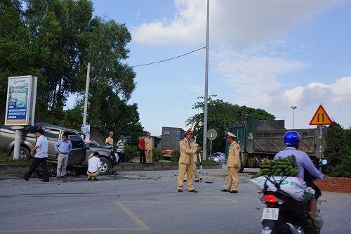 Xe tải bất ngờ chuyển hướng, 1 người chết, 7 người bị thương - Ảnh 3