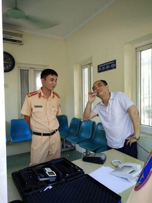 """Vụ tông xe vào cổng UBND tỉnh rồi xưng """"nhà báo"""": Xử phạt 17 triệu đồng - Ảnh 3"""