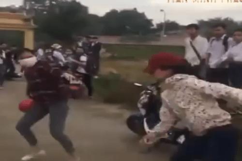 Mâu thuẫn trên facebook, hai nhóm nữ sinh đánh nhau tơi tả - Ảnh 1