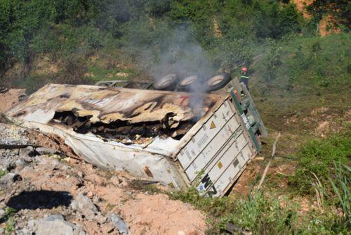 Xe tải bốc cháy sau khi đâm gãy taluy đường, tài xế tử vong - Ảnh 1