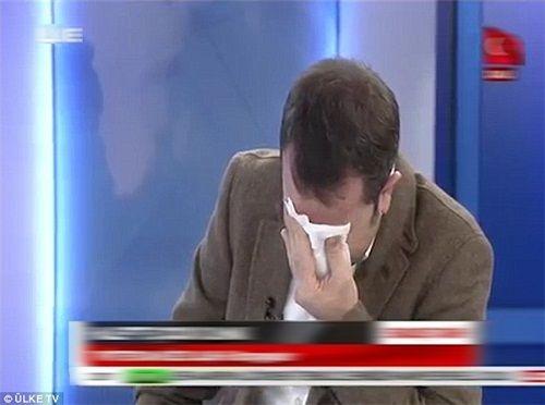 Bé 5 tuổi phẫu thuật không gây tê khiến nhà báo bật khóc trên sóng truyền hình - Ảnh 1