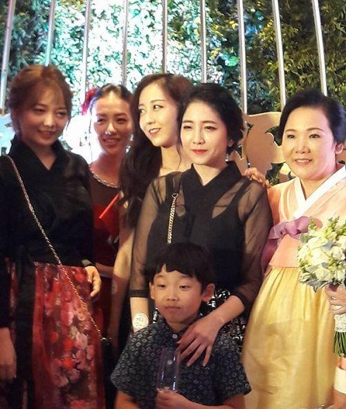 Ngỡ ngàng với nhan sắc của gia đình cô dâu trong đám cưới Trấn Thành- Hari Won  - Ảnh 4