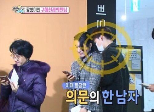 Goo Hye Sun đánh yêu khi phát hiện Ahn Jae Hyun giả làm fan đến xin chữ ký - Ảnh 1