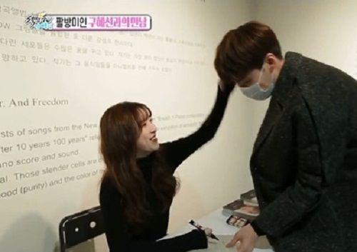 Goo Hye Sun đánh yêu khi phát hiện Ahn Jae Hyun giả làm fan đến xin chữ ký - Ảnh 3