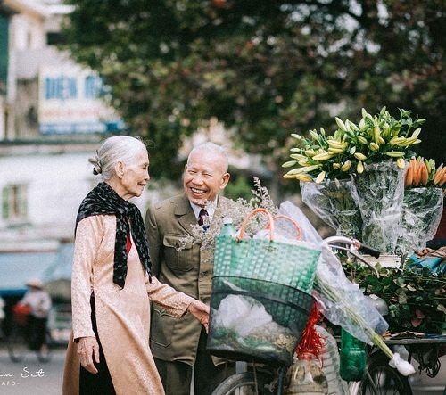 """Dân mạng """"tan chảy"""" trước bộ ảnh chọn đào Tết của đôi vợ chồng U90 - Ảnh 1"""