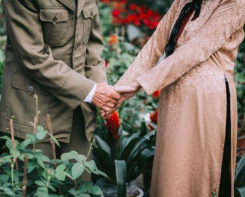 """Dân mạng """"tan chảy"""" trước bộ ảnh chọn đào Tết của đôi vợ chồng U90 - Ảnh 7"""