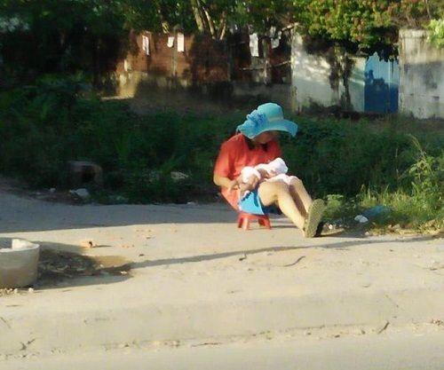 """Dân mạng """"tan chảy"""" với hình ảnh ông bố đội mũ rộng vành đưa con đi phơi nắng - Ảnh 2"""