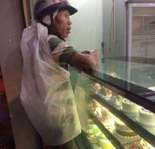 Hình ảnh người cha lam lũ đi mua đồ Tết cho con gây xúc động dân mạng - Ảnh 3