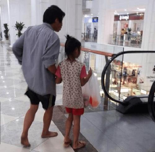Hình ảnh người cha lam lũ đi mua đồ Tết cho con gây xúc động dân mạng - Ảnh 4