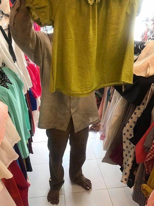 Hình ảnh người cha lam lũ đi mua đồ Tết cho con gây xúc động dân mạng - Ảnh 2