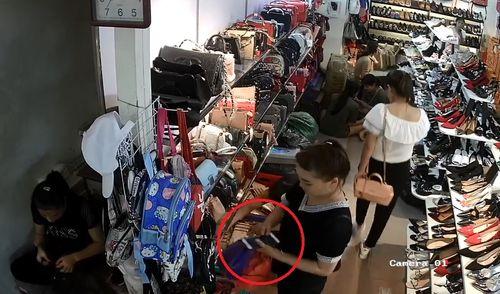 """Clip: """"Nữ quái"""" vờ mua đồ rồi trộm điện thoại trong cửa hàng giày - Ảnh 1"""