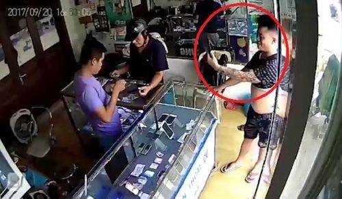 """Clip: """"Nữ quái"""" vờ mua đồ rồi trộm điện thoại trong cửa hàng giày - Ảnh 2"""