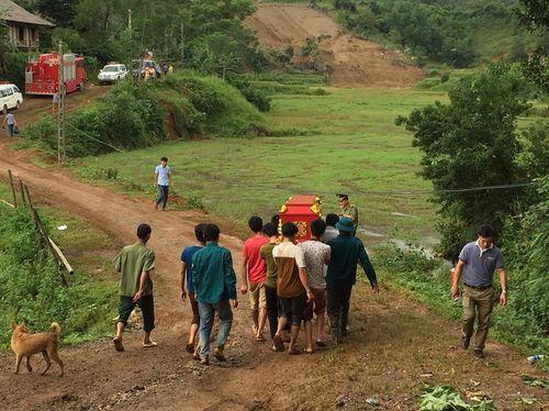 Hiện trường vụ 19 người bị chôn vùi khi đang ngủ ở Hòa Bình - Ảnh 4