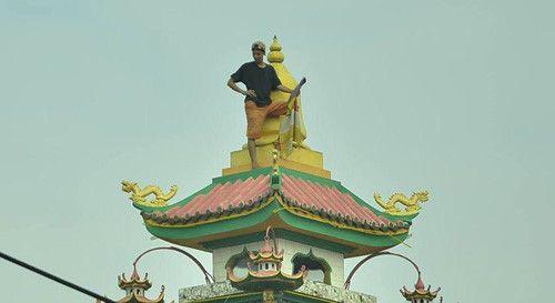 """Giải cứu nam thanh niên nghi ngáo đá """"cố thủ"""" trên nóc chùa ở TP.HCM - Ảnh 1"""