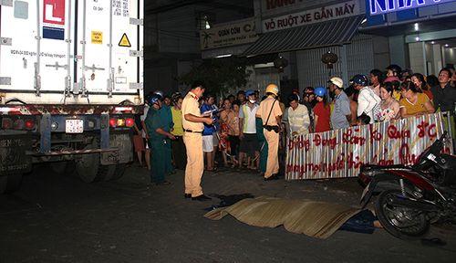 Tai nạn giao thông, thiếu nữ chết thảm dưới bánh xe đầu kéo - Ảnh 1