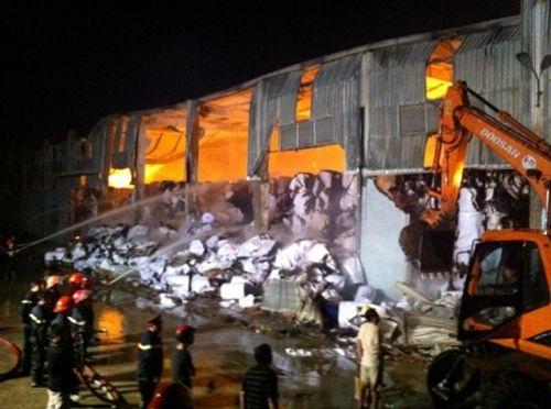 Xưởng sản xuất giấy rộng hàng nghìn m2 bốc cháy dữ dội lan cả sang nhà dân - Ảnh 1