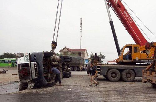 Tai nạn giao thông, thi thể nạn nhân biến dạng kẹt dưới xe container - Ảnh 1