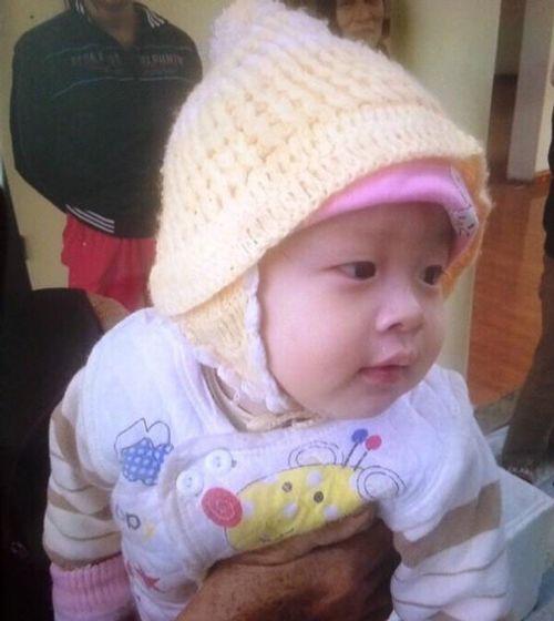 Bé trai 8 tháng tuổi bị bỏ rơi trong thùng xốp trước cổng chùa - Ảnh 1