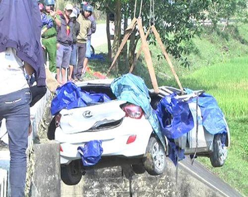 Taxi mất lái lao xuống cầu, 1 người chết, 5 người bị thương - Ảnh 1