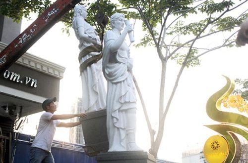 Quận 1 cẩu 5 bức tượng của khách sạn 4 sao lấn chiếm vỉa hè - Ảnh 1
