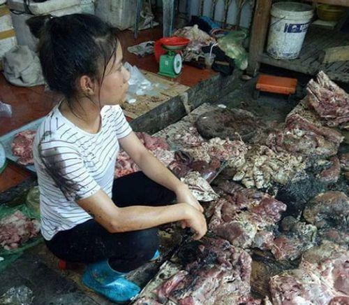 Thông tin bất ngờ vụ 2 phụ nữ hất dầu luyn vào sạp thịt lợn ở Hải Phòng - Ảnh 1