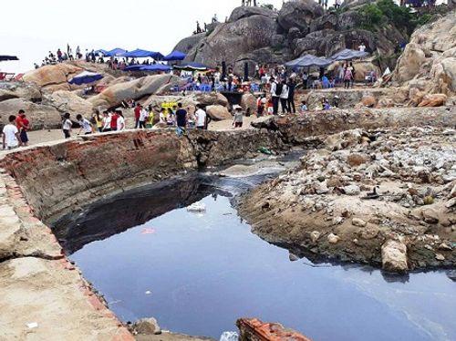 Nghỉ lễ 30/4- 1/5: Du khách thản nhiên tắm bên kênh nước thải đen ngòm đổ ra biển Sầm Sơn - Ảnh 1