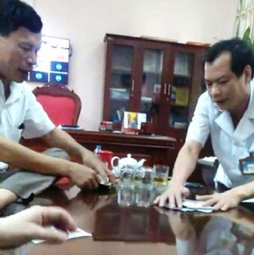 Kỷ luật giám đốc bệnh viện huyện đánh bài ăn tiền