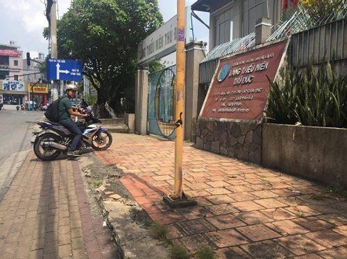 2 anh em trai nghi bị mẹ bỏ rơi trên vỉa hè Sài Gòn trong đêm - Ảnh 1