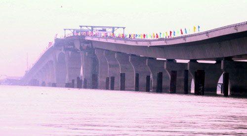Yêu cầu giải trình về hàng loạt sai sót kỹ thuật ở cầu vượt biển dài nhất VN - Ảnh 1