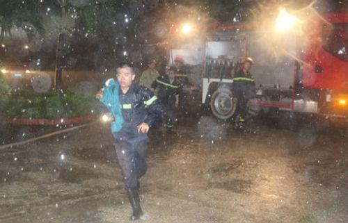 Nhà cao tầng bốc cháy khiến 7 người mắc kẹt khi bão số 2 đổ bộ - Ảnh 1