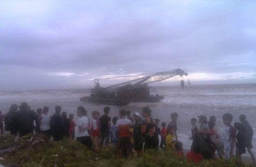 2 tàu lớn không người trôi dạt vào bờ biển Thanh Hóa - Ảnh 1