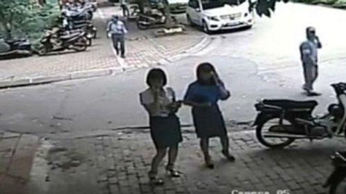 Xe chở nữ Phó Chủ tịch quận Thanh Xuân đi ăn trưa đỗ sai quy định - Ảnh 1