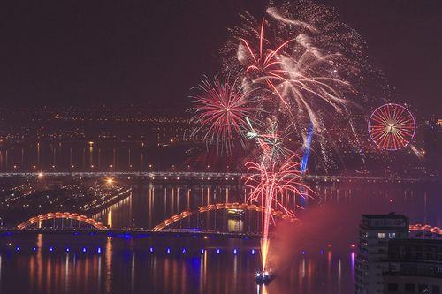 Màn pháo hoa rực sáng mừng năm mới 2018 - Ảnh 9