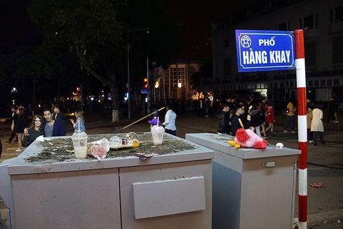 Phố đi bộ Hà Nội ngập túi nylon, hộp thức ăn sau lễ đón năm mới 2018 - Ảnh 6