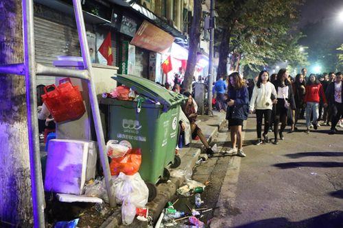 Phố đi bộ Hà Nội ngập túi nylon, hộp thức ăn sau lễ đón năm mới 2018 - Ảnh 7