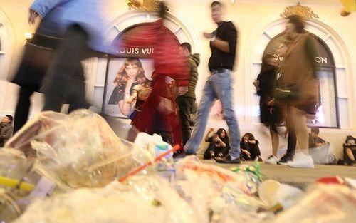 Phố đi bộ Hà Nội ngập túi nylon, hộp thức ăn sau lễ đón năm mới 2018 - Ảnh 1