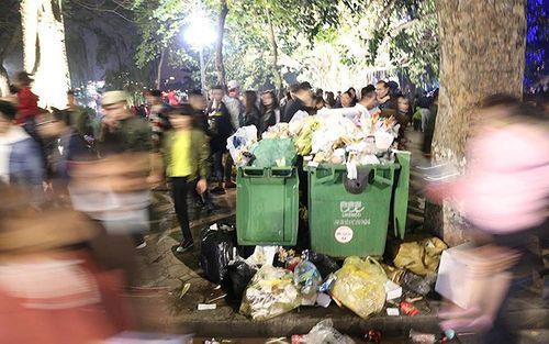 Phố đi bộ Hà Nội ngập túi nylon, hộp thức ăn sau lễ đón năm mới 2018 - Ảnh 4
