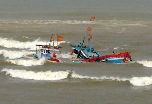 3 tàu cá bị chìm trên biển, 8 thuyền viên mất tích - Ảnh 1