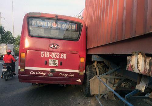 Xe buýt truy đuổi container náo loạn phố Sài Gòn - Ảnh 1