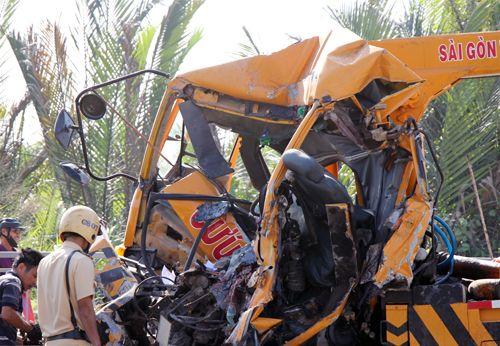 Xe cứu hộ đâm container trên cầu Phú Mỹ, 3 người chết - Ảnh 1