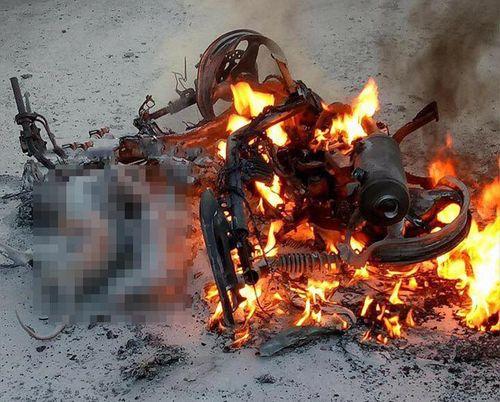 Xe máy bốc cháy dữ dội, 2 con chó bị thiêu sống - Ảnh 1