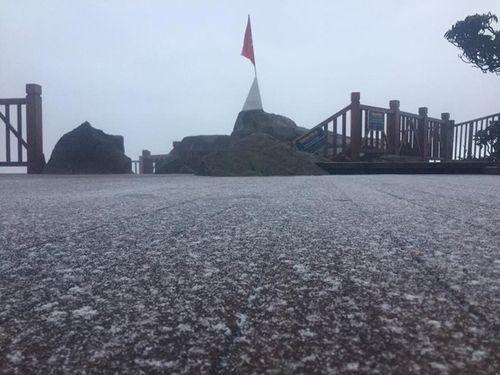 Tuyết rơi trên đỉnh núi Fansipan - Ảnh 1