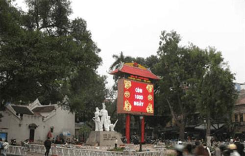 Hà Nội yêu cầu tháo dỡ đồng hồ đếm ngược khỏi đền Bà Kiệu - Ảnh 1