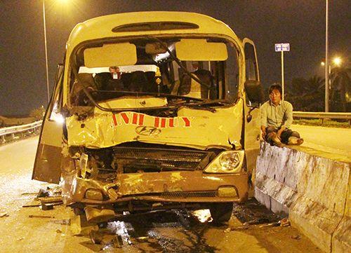 Ô tô khách tông xe container, 2 người bị thương - Ảnh 1