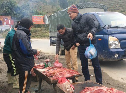 Lào Cai: Xẻ thịt trâu, bò chết rét bán bên đường - Ảnh 2