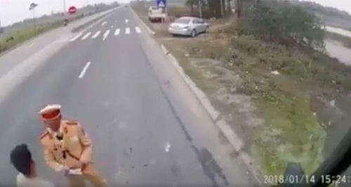 """Xác minh video """"CSGT dẫm lên vật nghi là tiền trên quốc lộ"""" - Ảnh 1"""