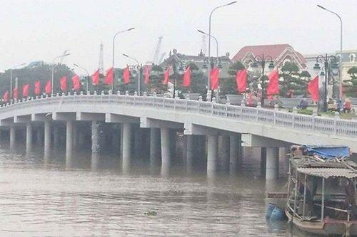 Hải Phòng: Cầu vượt sông 80 tỷ bị tàu đâm gãy trụ - Ảnh 1
